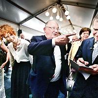 Belgie,Brussel ,7 juni 2007..Yves Leterme (r) premier van Vlaanderen en voorman van de Christen Democraten in een onderonsje met Jean-Luc Dehaene, lid van het Europese Parlement en burgemeester van Vilvoorde tijdens de Nederlandse Brabant dag op de Place Luxembourg in Brussel.Brussels, 7 June 2007. Meeting European politicians in Brussels. Yves Leterme (r), Jean-Luc Dehaene (m).