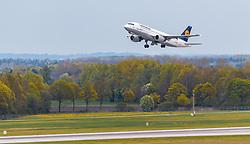 THEMENBILD - ein Airbus A320-211 Flugzeug der deutschen Fluglinie Lufthansa mit der Kennung D-AIPB beim Start, aufgenommen am 13. April 2017, Flughafen München, Deutschland // an Airbus A320-211 aircraft of the German Airline Lufthansa with the registration number D-AIPB during take off at the Munich Airport, Germany on 2017/04/13. EXPA Pictures © 2017, PhotoCredit: EXPA/ JFK