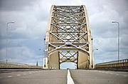 Nederland, Nijmegen, 20-6-2015De oude Waalbrug uit 1936 . Binnenkort gaat deze brug gedeeltelijk dicht vanwege hoognodig groot onderhoud. De brug is flink aan het roesten en het wegdek is slecht. Ook de verf is op een groot deel verdwenen. Deze opname is van een tijdelijke afsluiting in 2015 toen noodreparaties aan het wegdek werden uitgevoerd.FOTO: FLIP FRANSSEN