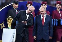 FUSSBALL  WM 2018  FINALE  ------- Frankreich - Kroatien    15.07.2018 FIFA-Praesident Gianni Infantino (li, Schweiz) und Praesident Wladimir Wladimirowitsch Putin (re, Russland) mit dem WM Pokal
