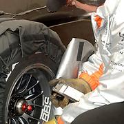 NLD/Volkel/20070420 - Spyker F1 meets F16, Full Throttle 2007, engineers aan het werk aan de auto van Christijan Albers, bandenspanning meten