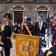NLD/Den Haag/20130917 -  Prinsjesdag 2013, Prins Constantijn en prinses Laurentien groeten het vaandel