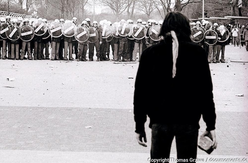 Legendäre Demonstration gegen Rekrutenvereidigung im Bremer Weser-Stadion am 6. 5. 1980. Dieses Foto war unter anderem  SPIEGEL-Titel und wurde häufig gedruckt oder als Vorlage verwendet.