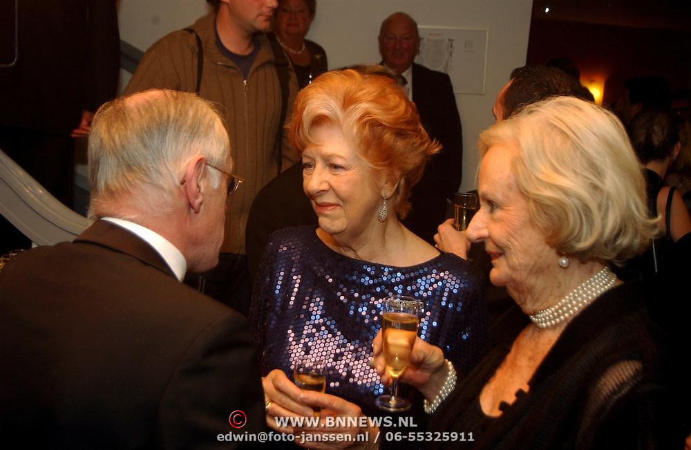 Premiere Marlene Dietrich Leiden, Ellen Vogel en vriendin in gesprek