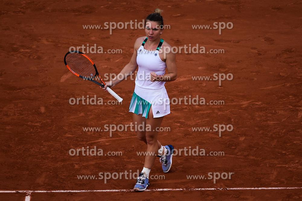 01.06.2017, Roland Garros, Paris, FRA, WTA Tour, French Open, im Bild Simona Halep (ROM) // during the French Open Tournament of the WTA Tour at the Roland Garros in Paris, France on 2017/06/01. EXPA Pictures © 2017, PhotoCredit: EXPA/ Vianney Thibaut