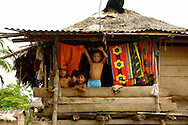 Dari&eacute;n es una de las diez provincias de Panam&aacute;.1 Su capital es la ciudad de La Palma. Tiene una extensi&oacute;n de 11.896,5 km&sup2; Est&aacute; ubicada en el extremo oriental del pa&iacute;s y limita al norte con la provincia de Panam&aacute; y la comarca de Guna Yala. Al sur limita con el oc&eacute;ano Pac&iacute;fico y la Rep&uacute;blica de Colombia. Al este limita con la Rep&uacute;blica de Colombia, y al oeste limita con el oc&eacute;ano Pac&iacute;fico y la provincia de Panam&aacute;.<br /> <br /> La provincia de Dari&eacute;n ocupa una superficie de 11.896 km&sup2;, un &aacute;rea similar a la de la isla de Jamaica, que est&aacute; constituida en su parte central por una planicie ondulada por la cual se desarrollan los valles de los r&iacute;os Chucunaque y Tuira, y est&aacute; enmarcada por las &aacute;reas escarpadas de las serran&iacute;as de San Blas, Bagre, Pirre, de los Saltos y del Dari&eacute;n. En esta &uacute;ltima se ubica el Parque nacional Dari&eacute;n.<br /> <br /> En la regi&oacute;n darienita las cuencas hidrogr&aacute;ficas forman cursos de agua extensos y sedimentarios, vertiendo sus aguas a los diferentes r&iacute;os como por ejemplo el R&iacute;o Chucunaque (231 km) y el Tuira (230 km), que son ambos los m&aacute;s largos y caudalosos de Panam&aacute;.<br /> <br /> La poblaci&oacute;n darienita est&aacute; compuesta mayormente por ind&iacute;genas, afrodescendientes y colonos que migraron desde otras provincias (principalmente chiricanos, sante&ntilde;os, herreranos y verag&uuml;enses) en busca de buenas tierras y mejores oportunidades.<br /> <br /> La manifestaci&oacute;n musical que distingue al pueblo darienita es el Bullarengue, que es un baile de tambor de ascendencia puramente Africana. Sin embargo, cada uno de los grupos humanos que han emigrado a esta provincia luchan por conservar sus ra&iacute;ces y mantener sus costumbres y tradiciones, no obstante la fuerte presi&oacute;n que se ejerce por parte de los migrante