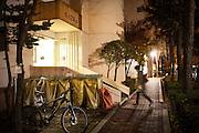 Bac de tri devant un immeuble d'habitations dans un quartier populaire de Séoul, Corée du Sud. La Métropole a pour objectif de devenir la ville phare en matière de recyclage.  //  Recycling sorting bin at an entrance to an apartment building in a popular district of Seoul, South Korea. The city aims to become a leading world city in recycling.