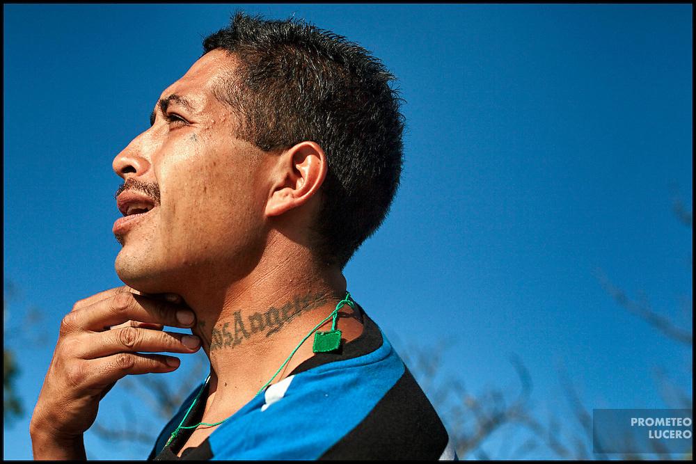 'Marlo', un mexicano deportado de Los Angeles de 32 años, es retratado en El Bordo de Tijuana el 17 de agosto de 2014. Muchos de los migrantes deportados desconocen por completo el territorio mexicano después de haber hecho su vida, o parte de ella, en los Estados Unidos.  (FOTO: Prometeo Lucero)