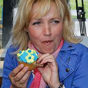NLD/Elst/20120419 - Yvon Jaspers lanceert servieslijn, Yvon Jaspers eet een cupcake