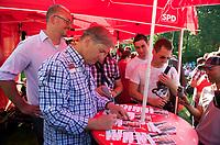 DEU, Deutschland, Germany, Berlin, 20.08.2011:<br />Der Regierende B&uuml;rgermeister von Berlin, Klaus Wowereit (SPD) signiert eine Autogrammkarte beim Besuch des LesBiSchwulen Parkfests  im Volkspark Friedrichshain. Links im Hintergrund neben Klaus Wowereit: Jan St&ouml;&szlig;, SPD-B&uuml;rgermeisterkandidat von Friedrichshain-Kreuzberg. Der Besuch ist Teil der Kiez-Wahlkampftour von Klaus Wowereit durch alle Bezirke Berlins.