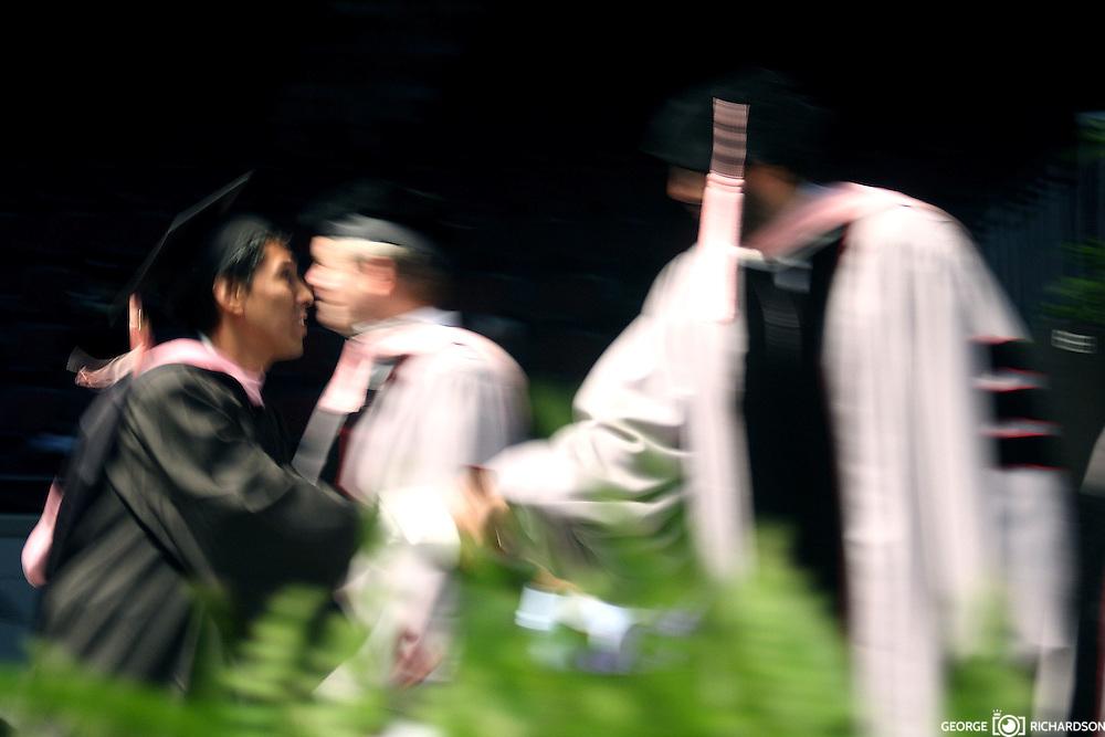 Juan Luis Guerra felicita S. Ojeda durante Berklee Collage's Commencement, 2009, Boston. Guerra recibió  titulo un tirulo Honor y Causa