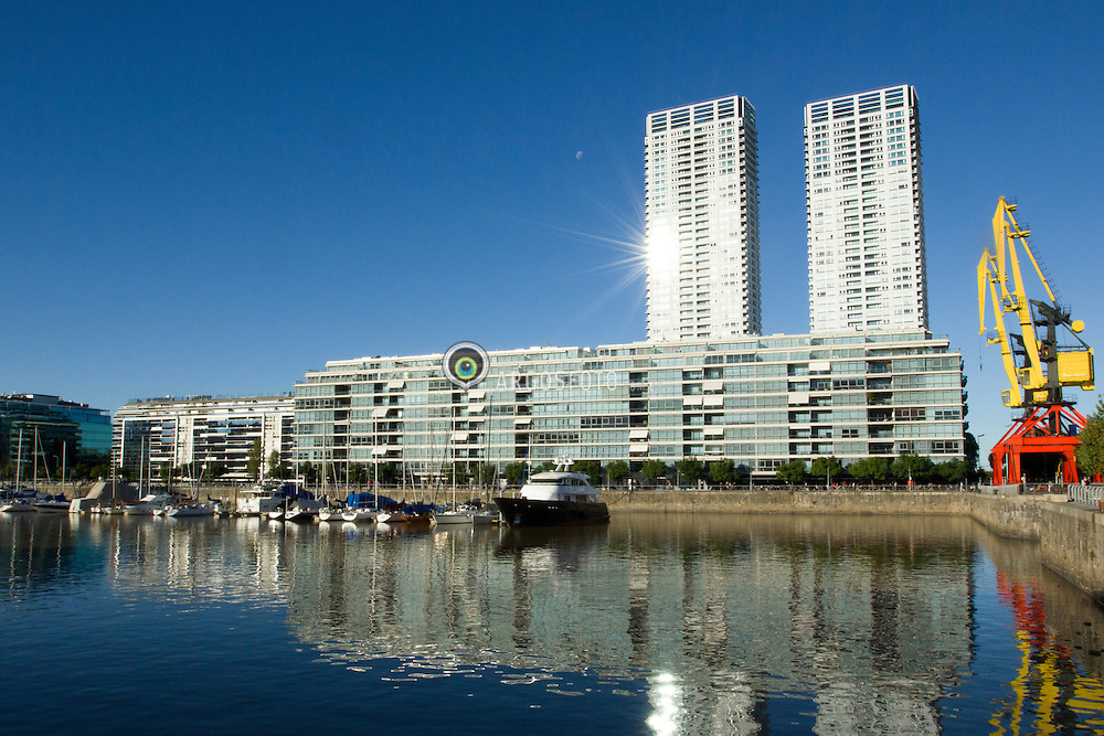 Puerto Madero eh um dos 48 bairros que legalmente divide a cidade de Buenos Aires, Argentina. A sua localizacao perto da area central da cidade, a extensao de sua area e vista para o rio, fazem deste um bairro dos mais exclusivos de Buenos Aires. // Puerto Madero, also known within the urban planning community as the Puerto Madero Waterfront, is a district of the Argentine capital at Buenos Aires CBD, occupying a significant portion of the Rio de la Plata riverbank and representing the latest architectural trends in the city of Buenos Aires, capital and largest city of Argentina. 2013