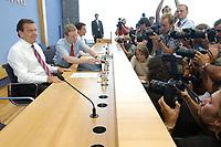13 AUG 2003, BERLIN/GERMANY:<br /> Gerhard Schroeder, SPD, Bundeskanzler, Fotografen und Kameraleute, vor Beginn der Pressekonferenz zu den Beschluessen der vorangegangenen K abinettsitzung, Bundespressekonferenz<br /> IMAGE: 20030813-02-010<br /> KEYWORDS: Gerhard Schröder, BPK, Kamera, Camera, Journalist, Journalisten
