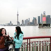 China, Shanghai,7-7-2008.. De Bund, de koloniale boulevard langs de Huangpu-rivier. De boulevard is in 1992 veranderd in een brede wandelpromenade..Vanaf de Bund ziet u aan de overkant van de Huangpu het nieuwe Pudong verrijzen. Deze wijk moet het hart van de handel en financiën van Shanghai gaan worden. Aan de nieuwbouw wordt dan ook veel zorg besteed en u vindt er veel fraaie voorbeelden van moderne architectuur. Een kenmerkend gebouw in Pudong is de Televisietoren. U kunt er met een snelle lift naar boven en u hebt dan een weids uitzicht over oud en nieuw Shanghai...Moderne Gebouwen. Nieuwe wijk