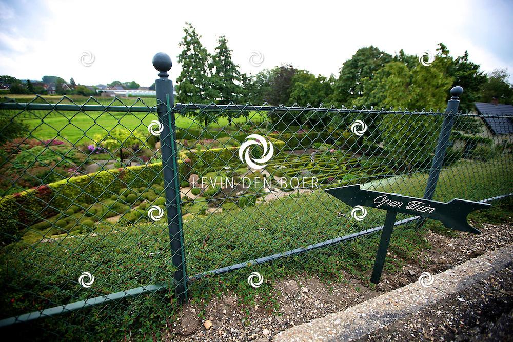 GAMEREN - Langs de Waalbandijk zijn de twee eigenaressen Eike den Hengst en Margreet Verhoef trotse bezitters van Dijk van een Tuin. Bezoekers kunnen tegen een kleine vergoeding deze prachtige tuin komen bekijken. FOTO LEVIN DEN BOER - PERSFOTO.NU