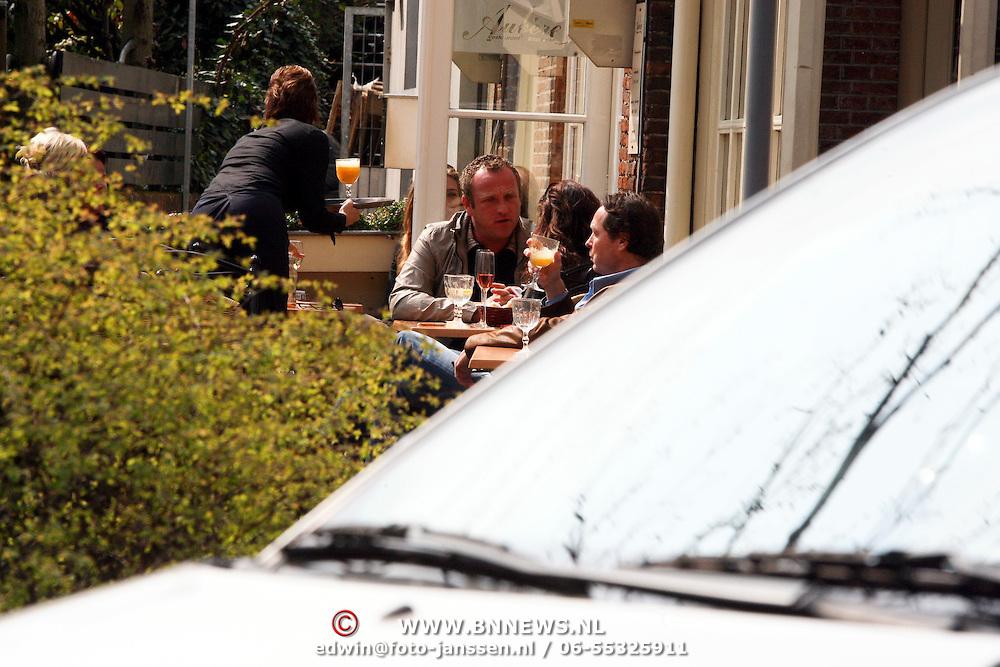 NLD/Laren/20080411 - Gordon heuckeroth met vriendin op een terras in Laren NH