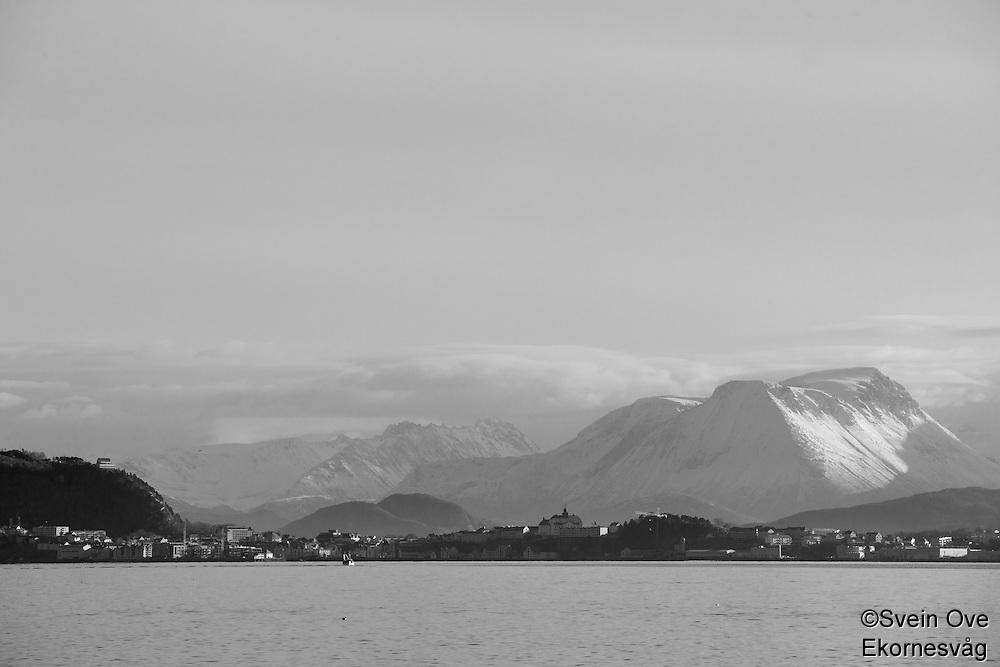 Sunnmørsalpene ruver bak Ålesund.Foto: Svein Ove Ekornesvåg