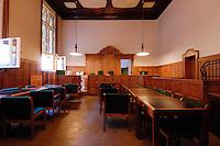18 JUL 2006, BERLIN/GERMANY:<br /> Sitzungssaal 618, vor Beginn der Hauptverhandlung gegen Gustav, Erika und Michael Sommer vor der Wirtschaftsstrafkammer des Landgerichts Berlin, Moabit<br /> IMAGE: 20060718-01-005
