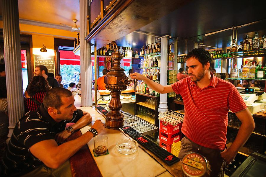 Malasaña tiene vida a cualquier hora del día. El Bar 2D, en la Plaza Dos de Mayo, tiene clientela a todas horas.