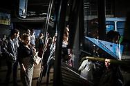 Passageiros aguardam na fila para embarcar em um ônibus saindo da Rodoviária do Plano Piloto no começo de mais um dia de trabalho em Brasília. Boa parte dos trabalhadores usa o terminal central como ponto de conexão entre os ônibus em que eles chegam das cidades-satélite e os que seguem até seus locais de trabalho.