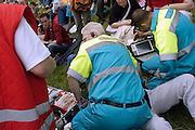 Nederland, Nijmegen, 16-5-2004..Ambulancepersoneel verlenen eerste hulp aan een bezoeker van een openlucht evenement die onwel is geworden...Foto: Flip Franssen