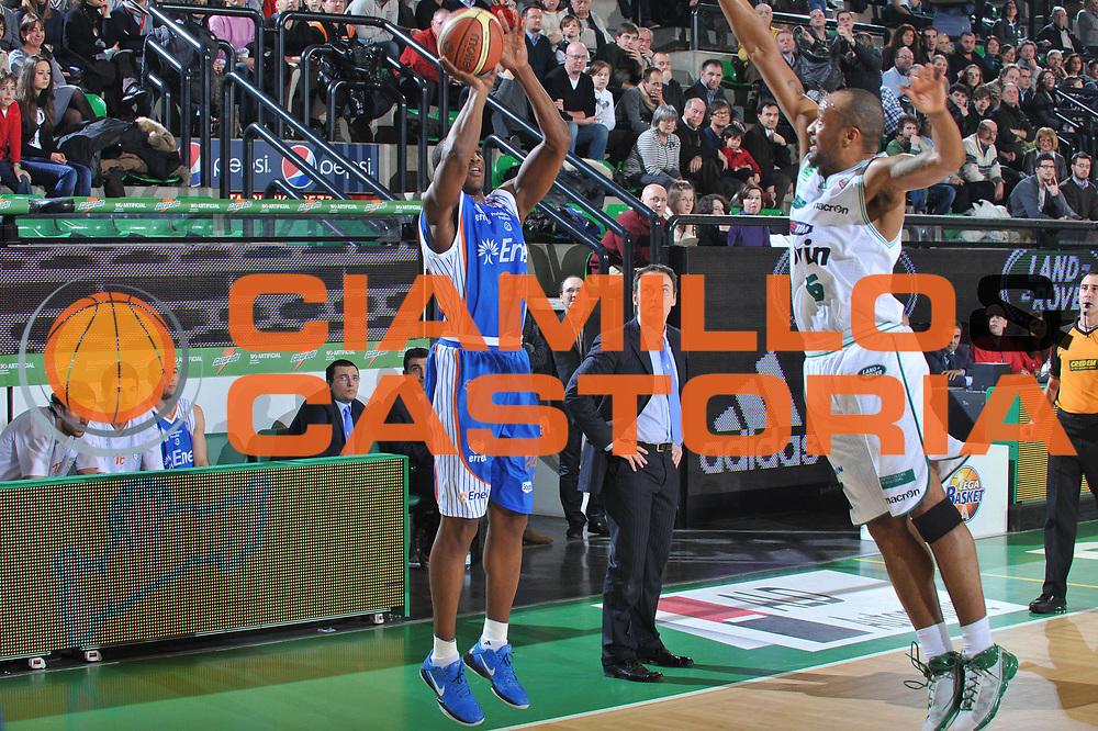 DESCRIZIONE : Treviso Lega A 2010-11 Benetton Treviso Enel Brindisi<br /> GIOCATORE : Yakhouba Diawara<br /> SQUADRA : Enel Brindisi<br /> EVENTO : Campionato Lega A 2010-2011 <br /> GARA : Benetton Treviso Enel Brindisi<br /> DATA : 06/01/2011<br /> CATEGORIA : Tiro Three Points<br /> SPORT : Pallacanestro <br /> AUTORE : Agenzia Ciamillo-Castoria/M.Gregolin<br /> Galleria : Lega Basket A 2010-2011 <br /> Fotonotizia : Treviso Lega A 2010-11 Benetton Treviso Enel Brindisi<br /> Predefinita :
