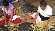 Women working palms in the development of handicrafts in Nahuizalco, Sonsonate..Mujeres trabajan palmas en la elaboracion de artesania en Nahuizalco, Sonsonate. Wilton Castillo/Imagenes Libres