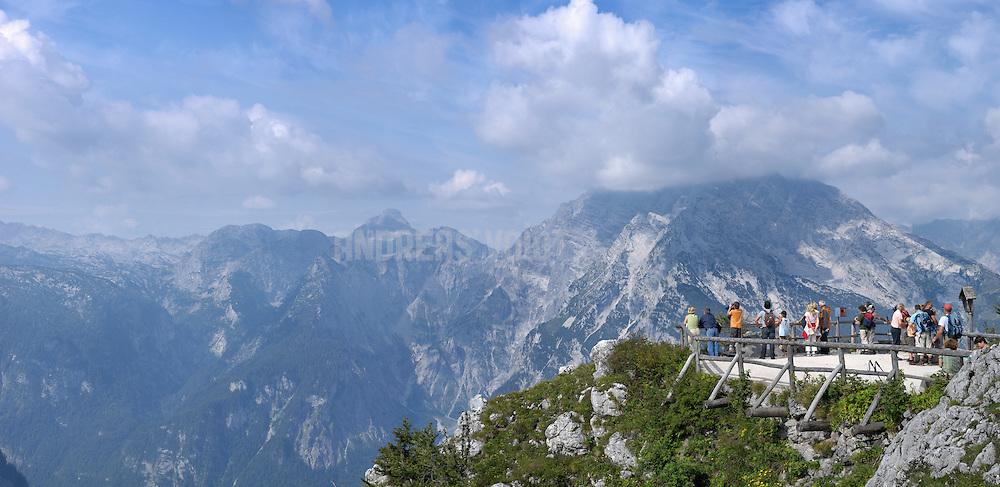 Wanderer blicken von der Aussichtsplattform auf dem Jenner zum Königssee hinunter und zum Watzmann hinüber
