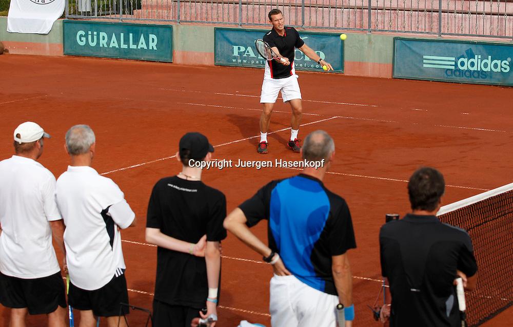 Ali Bey Club Manavgat Tennis Camp,Tuerkei, Trainer  Patrik Kuehnen demonstriert einen Vorhandvolley vor seinen Schuelern,Coach,.coaching,Training,Gruppe,von oben,Vogelperspektive,