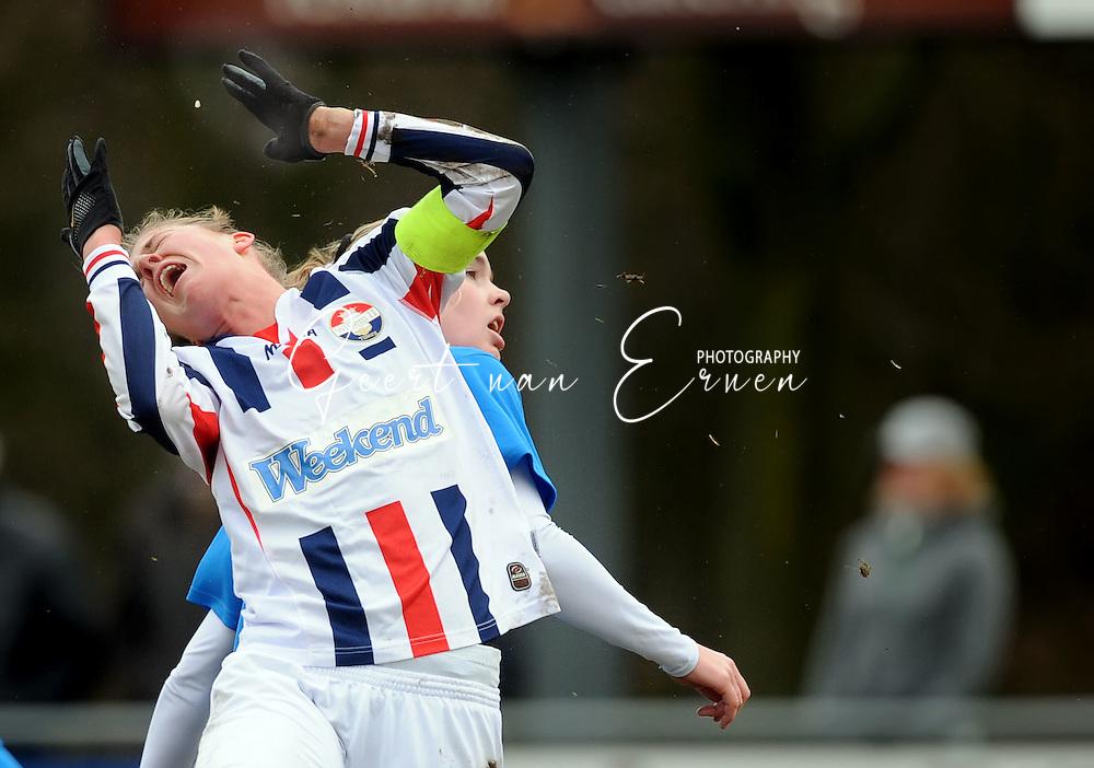 15-02-2009 Voetbal:Willem II:FC Utrecht:Tilburg<br /> Kirsten van de Ven krijgt een trap midden in haar gezicht van Joniek Bonnes en verliest daarbij een groot stuk van haar voortand. Op de foto zweeft haar tand net onder haar handschoen boven haar hoofd.<br /> Foto: Geert van Erven