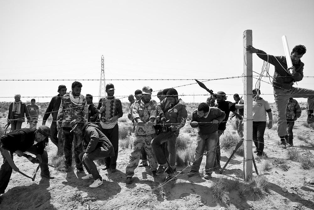 Retour de mission de reconnaissance, pendant l'avancée des insurgés sur la route de Syrte.