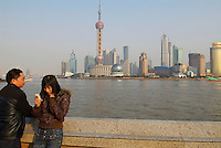 Chine. Shanghai. Le Bund avec en fond le quartier d'affaire de Pudong. // China. Shanghai. Bund and Pudong busness center.