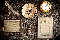 """Particolari sul muro nella casa museo all'interno di """"Vincent City"""", residenza del pittore salentino """"Vincent Brunetti""""nei pressi di Guagnano in provincia di Lecce. 29/03/2009 (PH Gabriele Spedicato) ..VINCENT BRUNETTI.Affettuosamente identificato con l'appellativo """"LA LIBELLULA DEL SUD"""", Vincent Brunetti è oggi considerato uno dei personaggi più emblematici della vita artistica meridionale..Nato a Guagnano di Lecce il 3 dicembre 1950 e residente a Milano da oltre vent'anni dove per i meriti artistici (egli è infatti pittore e scultore) gli è stato conferito nel 1970 l'AMBROGINO D'ORO. Fu colpito in tenera età dal virus della poliomelite. Gli effetti devastanti della malattia a seguito di due delicati interventi al piede sinistro lo stavano portando ad una quasi totale immobilità..Comincia comunque a dipingere e consegue, con il massimo dei voti, il diploma alla Scuola d'arte di Lecce..Dopo essere stato a Torino, si trasferisce a soli venticinque anni a Milano dove riceve numerosi riconoscimenti ed entra in contatto con elementi di spicco della scena artistica milanese come Francesco Messina (sotto la cui guida frequenta l'Accademia di Brera); Giacomo Manzù che lo segue ed incoraggia nel corso della sua attività; Arnaldo Pomodoro che lo accoglie presso la sua Bottega..Sempre a Milano, egli collabora con l'attrice Paola Borboni ed il poeta Bruno Villar alla realizzazione di numerose attività culturali e di diversi programmi televisivi..Con il passare degli anni egli è sempre più debilitato dalla malattia..Grazie alla geniale scoperta di Mariano Orrico, ideatore """"Lamina Bior"""" secondo il quale, ogni genere di malattia può essere sconfitta con il proncipio dell'elettricità statica, Vincent Brunetti ha potuto recuperare in pieno la sua vitalità e gioia di vivere..Nella sua """"DANZA"""" propiziatoria è espresso in pieno il bisogno di LIBERTA' che è nascosto nel cuore di ogni uomo e nel suo """"VOLO"""" il desiderio di liberarsi dal peso della materia..Nell'elasticità delle articolaz"""