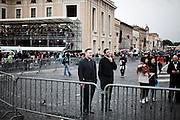 ROMA. SACERDOTI IN PIAZZA SAN PIETRO IN ALLESTIMENTO PER LA CERIMONIA DI BEATIFICAZIONE DI PAPA GIOVANNI PAOLO II;