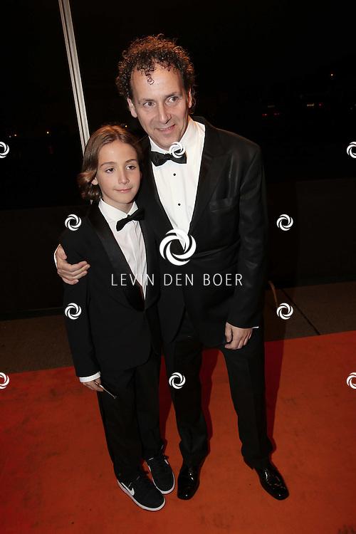 KATWIJK - Robin de Levia en zoon zaterdag op de oranje loper van de galapremiere van Soldaat van Oranje - de Musical in de Theater Hangaar op de oude vliegbasis Valkenburg bij Katwijk. FOTO LEVIN DEN BOER - PERSFOTO.NU