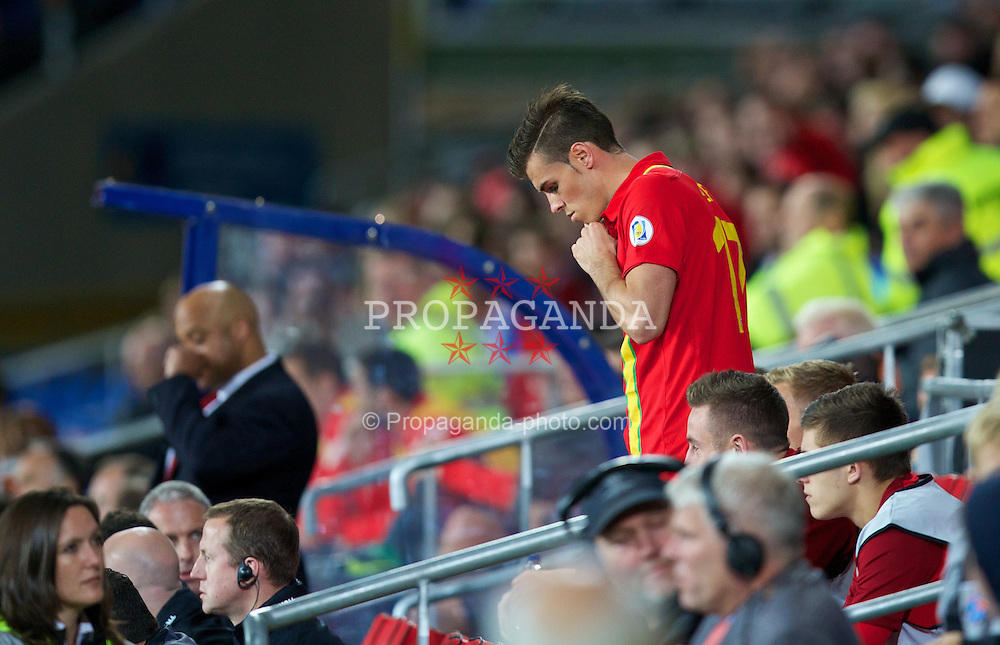 CARDIFF, WALES - Tuesday, September 10, 2013: Wales' Gareth Bale prepares to come on as a substitute against Serbia during the 2014 FIFA World Cup Brazil Qualifying Group A match at the Cardiff CIty Stadium. (Pic by David Rawcliffe/Propaganda)