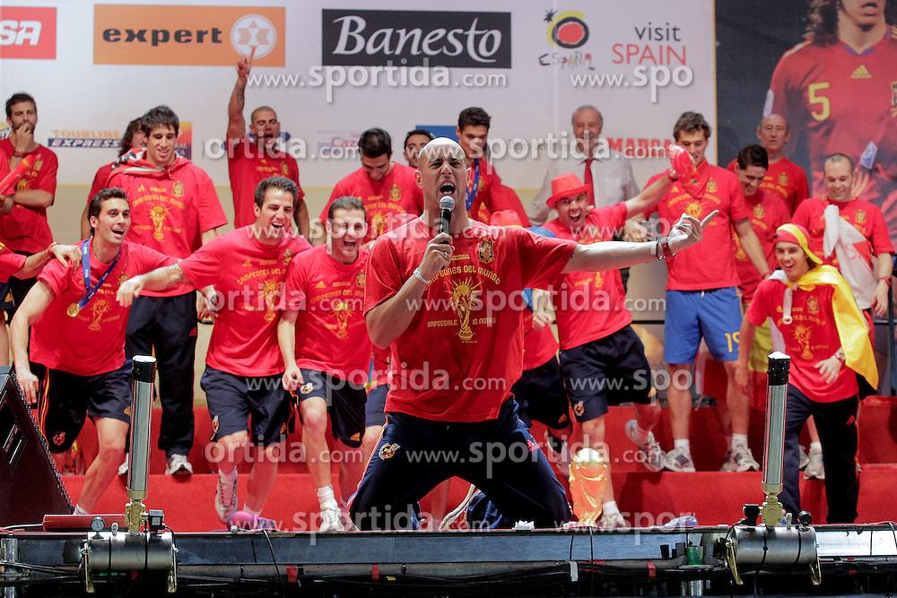 12.07.2010, Madrid, Spanien, ESP, FIFA WM 2010, Empfang des Weltmeisters in Madrid, im Bild die Spanischen Spieler feiern, Pepe Reina fungiert als anheizer und Stimmungskanone, EXPA Pictures © 2010, PhotoCredit: EXPA/ Alterphotos/ Acero / SPORTIDA PHOTO AGENCY