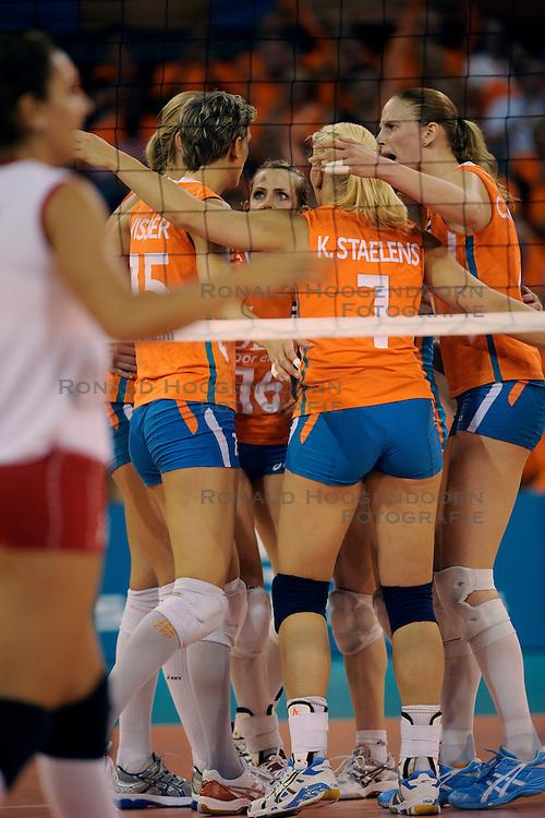 20-09-2009 VOLLEYBAL: DELA TROPHY NEDERLAND - TURKIJE: EINDHOVEN<br /> Nederland ook de tweede wedstrijd van Turkije maar ditmaal iets moeizamer 3 -2 / Chaine Staelens, Debby Stam, Kim Staelens en Ingrid Visser<br /> &copy;2009-WWW.FOTOHOOGENDOORN.NL