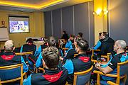 BENAHAVIS - 02-01-2017, Trainingskamp, AZ, spelers kijken de finale van Michael van Gerwen.