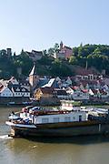 Frachtschiff auf dem Neckar, Hirschhorn, Hessen, Deutschland