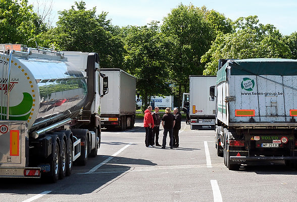 Duitsland, A3, 1-6-2013Op een parkeerplaats staan verschillende vrachtwagens uit diverse landen van Europa, met chauffeurs uit oost europa, vooral uit Polen. De chauffeurs nemen hun verplichte rusttijd.In a parking lot are several trucks from various countries of Europe, especially from the new countries, eastern europe. The riders take their mandatory rest period.Foto: Flip Franssen/Hollandse Hoogte