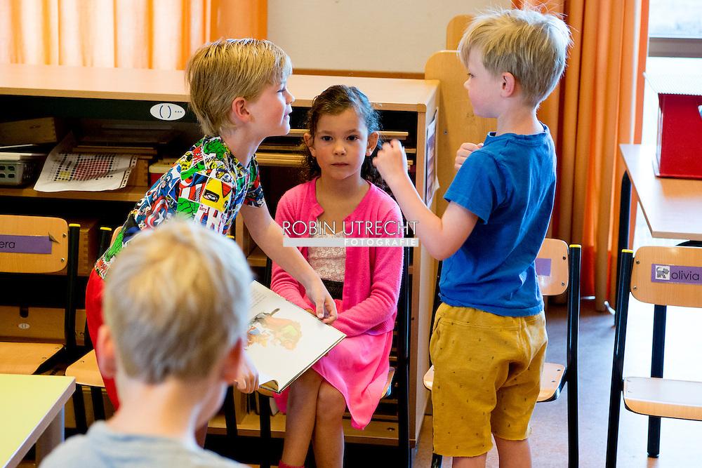 rotterdam - kinderen gaan weer naar school na de mei vakantie . copyright robin utrecht