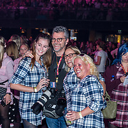 NLD/Amsterdam/20191115 - Chantals Pyjama Party in Ziggo Dome, William Rutten met aantal dames in pyama's
