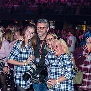 NLD/Amsterdam/20191115 - Chantals Pyjama Party in Ziggo Dome, William Rutten met aantal dames in pyama's