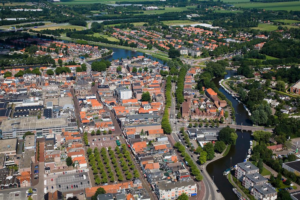 Nederland, Noord-Holland, Purmerend, 14-07-2008; binnenstad met rechts riviertje de Where en boven in beeld Zuidoostbeemster; de voormalige veemarkt (de Koemarkt), midden onder, is niet meer in gebruik en er zijn bomen op geplant en de marktplaats is parkeerterrein; BSE, gekke koeienziekte, Purmerend ligt centraal tussen de Polders Beemster, Wormer en Purmer . .luchtfoto (toeslag); aerial photo (additional fee required); .foto Siebe Swart / photo Siebe Swart