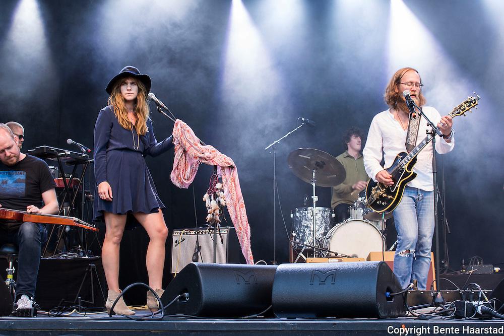Alexander Pettersen i Trondheimsbandet The South med gjesteartist Ida Jenshus. Tydalsfestivalen 2014.