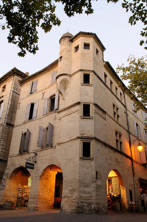 France, Languedoc Roussillon, Gard (30), Uzès, place aux herbes, maison Alméras