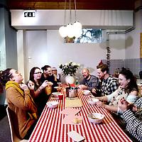 Nederland, Amsterdam ,  29 januari 2013..Codum is sinds 2008 actief in tijdelijke exploitatie van bedrijfsverzamelgebouwen..Ymere in samenwerking met stadsdeel West..Voormalig garage in de Coppelstockstraat in het Amsterdamse Bos en Lommer, ontmoetingsplek voor zzp'ers. tegenwoordig bedrijfsverzamelgebouw..Op de foto de verschillende zzp'ers tijdens de gezamelijke lunch..Foto:Jean-Pierre Jans