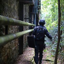Entraînement des policiers du RAID (Recherche Assistance Intervention Dissuasion) en compagnie du militaires des forces spéciales.<br /> Intervention sur une prise d'otage réalisée dans un fort de région parisienne.<br /> Septembre 2011 / Bièvres / Yvelines (78) / FRANCE<br /> Cliquez ci-dessous pour voir le reportage complet en accès réservé<br /> http://sandrachenugodefroy.photoshelter.com/gallery/2011-09-Exercice-de-prise-dotage-au-RAID-Complet/G0000SLEs8FT8e7o/C0000yuz5WpdBLSQ