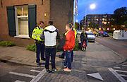 Nederland, Arnhem, 28-9-2015Politieagenten surveilleren in de wijk Klarendal in de gemeente Arnhem . Jongeren worden op straat aangesproken . Foto: Flip Franssen/Hollandse Hoogte